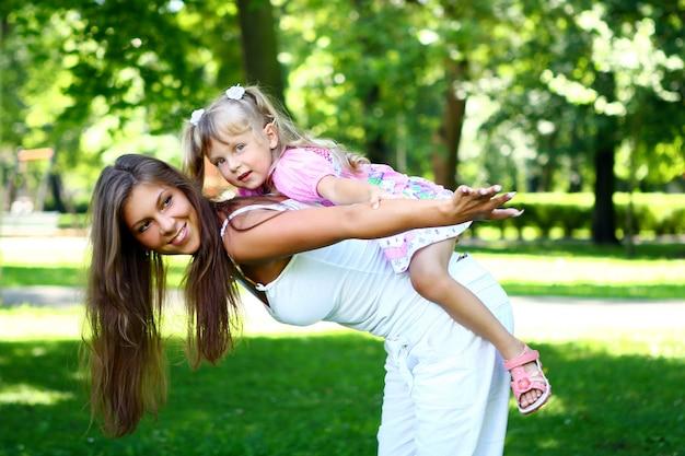 Słodka i piękna dziewczyna z mamą