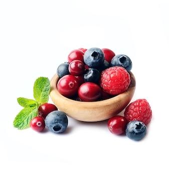 Słodka jagoda na talerzu na białym tle.
