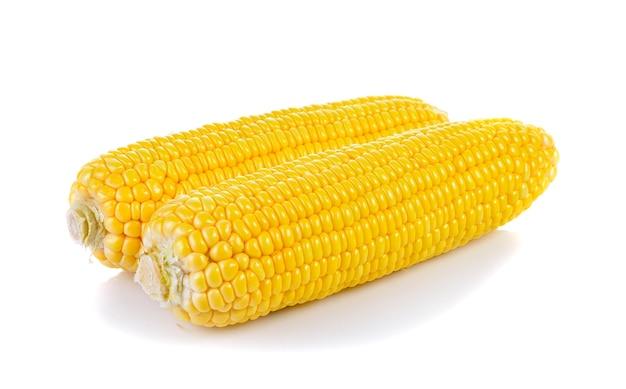 Słodka kukurydza na białym tle