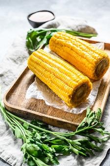 Słodka kukurydza na kolbie. organiczne warzywa rolnicze.