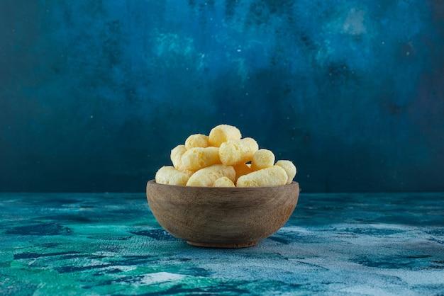 Słodka kukurydza w misce na marmurowej powierzchni