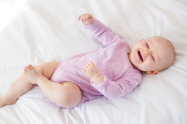 Słodka mała dziewczynka na łóżku