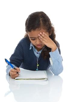 Słodka młoda dziewczyna rozwiązuje trudny quiz