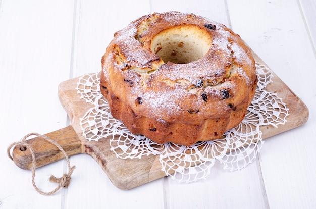 Słodka muffinka domowej roboty z rodzynkami na desce.