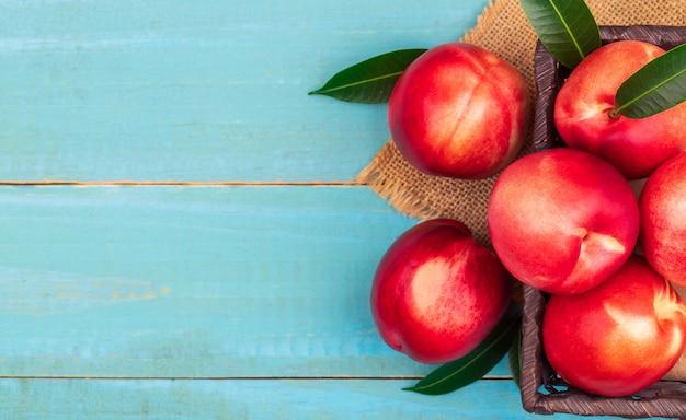 Słodka nektaryna na drewnianym tle