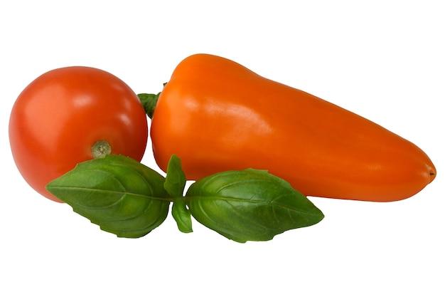 Słodka papryka i pomidor z bliska na białym tle