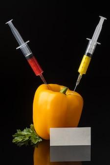 Słodka papryka i strzykawki gmo science food