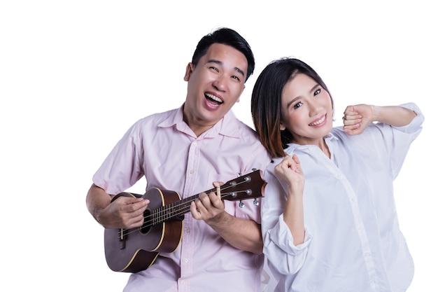 Słodka para azjatyckich z rodziny szczęścia i relaksujący stanowiąc portret na białym tle