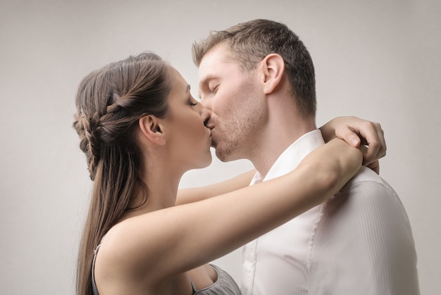 Słodka para całuje namiętnie