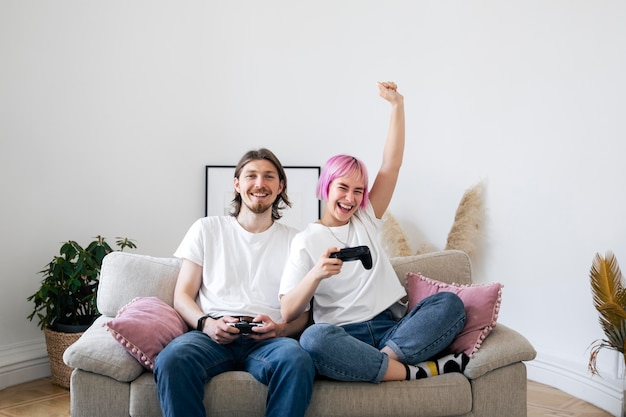 Słodka para gra razem w gry wideo w domu