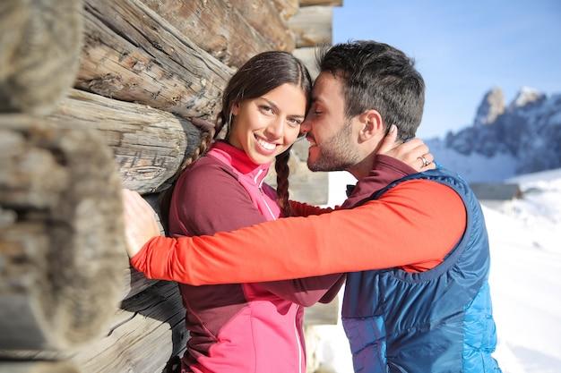 Słodka para ma romantyczną bramę w górach