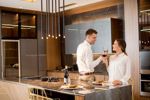 Słodka para ma romantyczną kolację w luksusowej kuchni