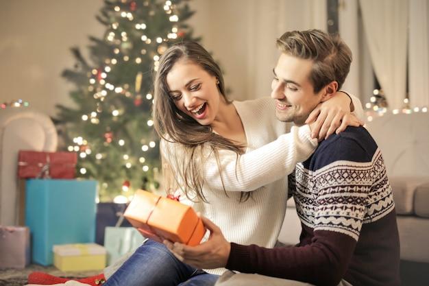Słodka para przytulająca się w domu, świętująca wigilię