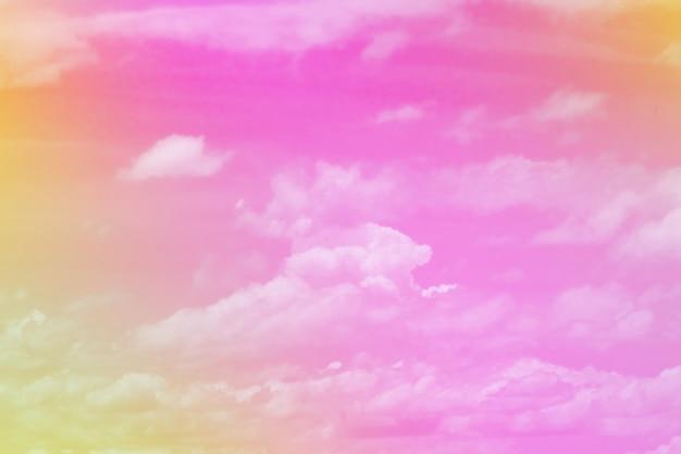 Słodka pastelowa chmura i niebo ze światłem słonecznym