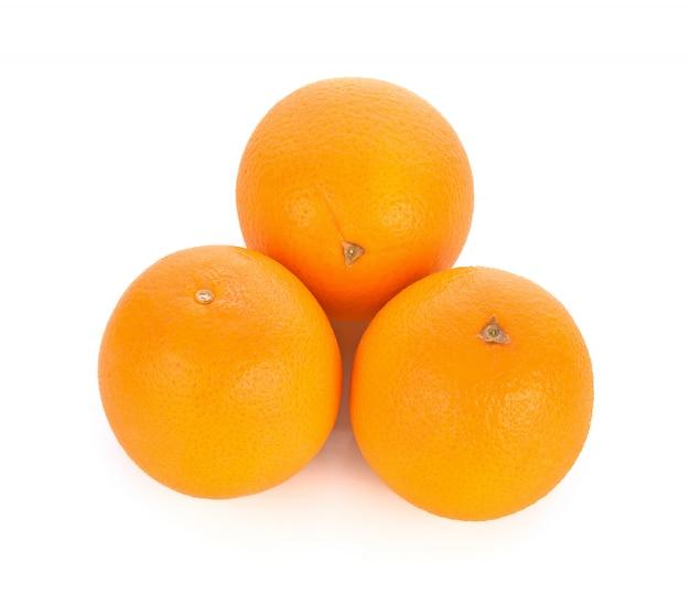Słodka pomarańczowa owoc na białym tle