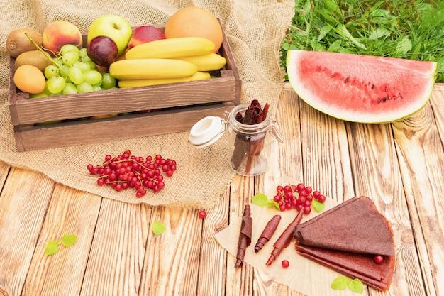 Słodka puree owocowe. naturalne słodycze z suszonych jagód i owoców.