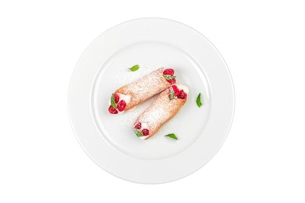 Słodka rolka z jagoda deserem odizolowywającym na bielu