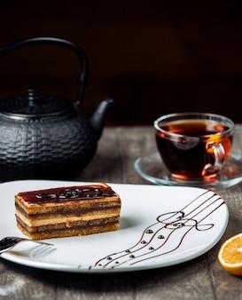 Słodka rozkosz na talerzu z czarną herbatą