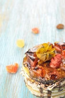 Słodka śmietana z czekoladą i owocami kandyzowanymi