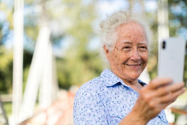 Słodka starsza kobieta bierze selfie