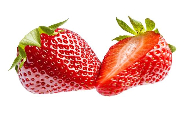 Słodka truskawka na białej powierzchni.