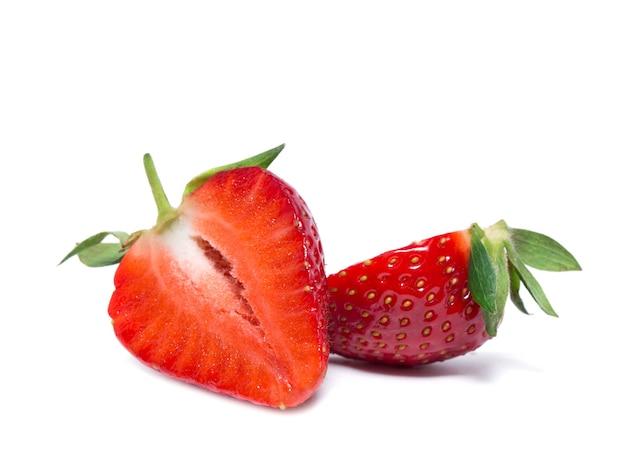 Słodka truskawka na białym tle
