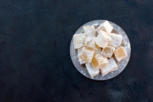 Słodka turecka rozkosz na czarnym stole