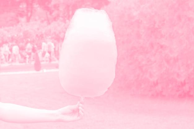 Słodka wata cukrowa w ręku, różowy nastrojowy, stonowany