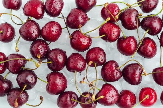 Słodka wiśnia na lodzie. świeże schłodzone jagody sezonowe.