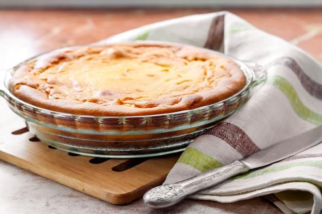 Słodka zapiekanka z twarogu w szklanym naczyniu do pieczenia