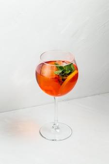 Słodki aperolowy koktajl owocowy spritz