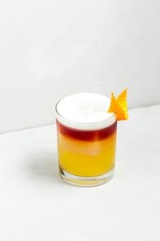 Słodki apetyczny koktajl zdobiony w szklance