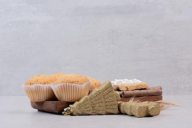 Słodki boże narodzenie ciasto z kulkami na białym stole.
