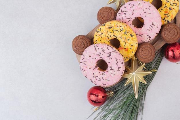 Słodki Boże Narodzenie Ciasto Z Kulkami Na Białym Stole. Darmowe Zdjęcia