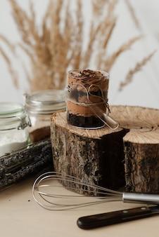 Słodki budyń czekoladowy i drewno cięte na wystrój kuchni stołu