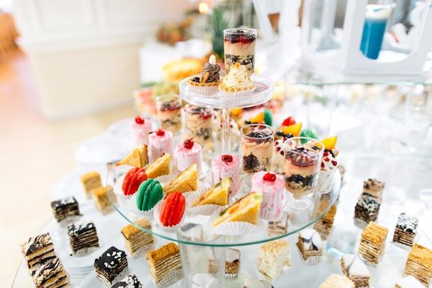 Słodki bufet ślubny z różnymi deserami i owocami