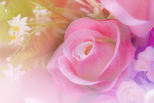 Słodki bukiet kolorowych róż w miękkim i rozmytym stylu