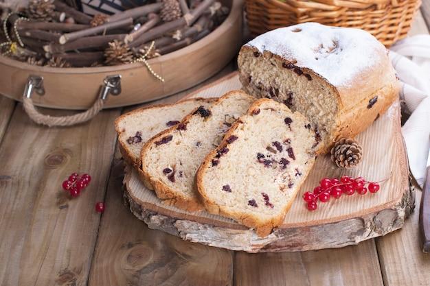 Słodki chleb z owocami i orzechami, na drewnianym stole