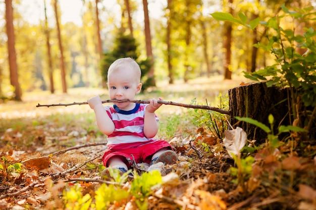 Słodki chłopczyk gra