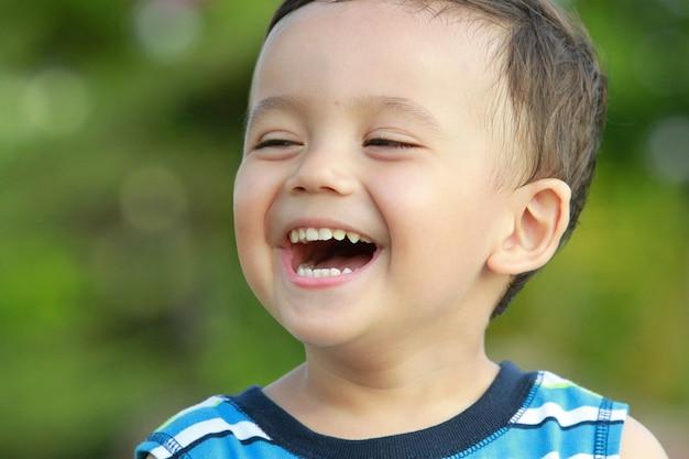 Słodki chłopczyk się śmieje