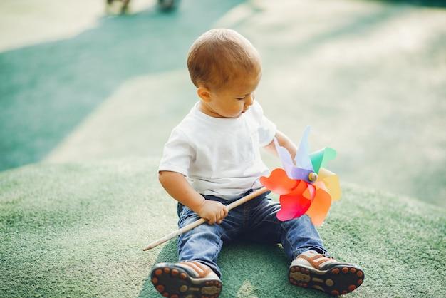 Słodki chłopiec bawi się na placu zabaw