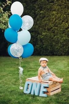 Słodki chłopiec urodzinowy w ogrodzie