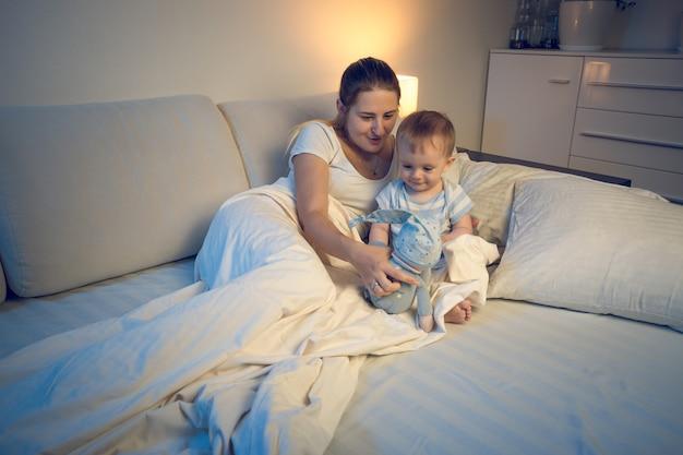 Słodki chłopiec w wieku 1 miesiąca myśli o wózku