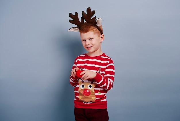 Słodki chłopiec wygląda jak renifer