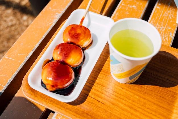 Słodki deser dango i filiżanki herbaty z japonii