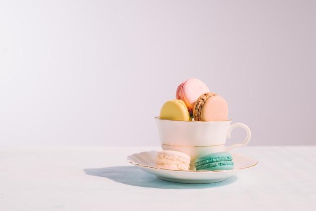 Słodki deser. kolorowe makaroniki na stole w godzinach porannych.