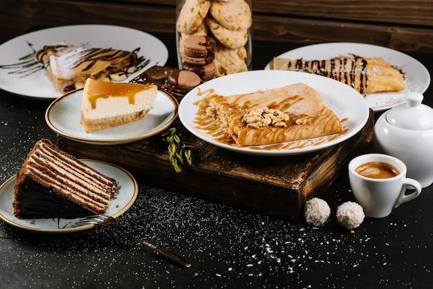 Słodki deser naleśników i ciast w składzie na czarno