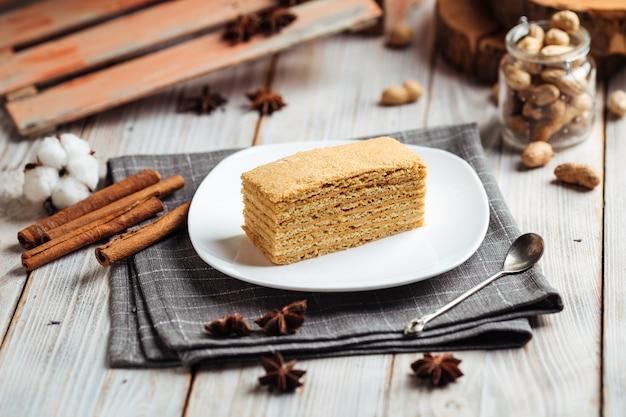Słodki deser plasterek miodu ciasto na talerzu