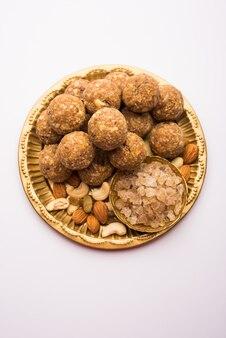 Słodki dink laddu znany również jako dinkache ladoo lub gond ke laddoo wykonany z jadalnej gumy z suszonymi owocami
