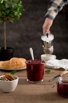 Słodki domowy naturalny dżem i łyżka